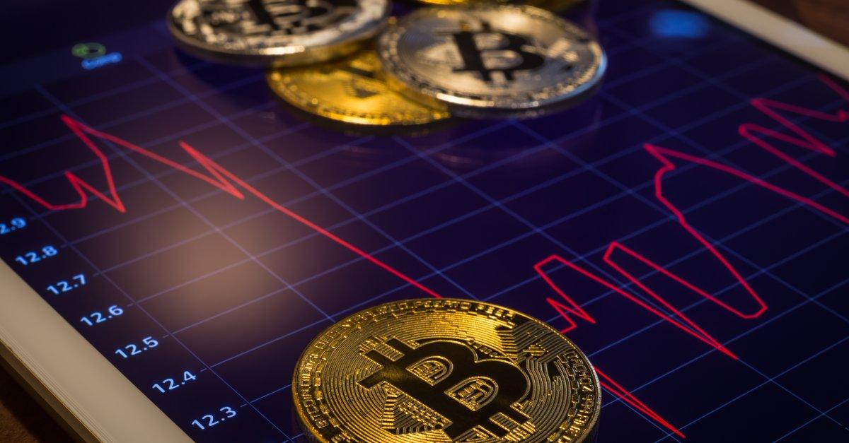 Цена биткоина выше $10 000 в течение 30 дней впервые за два года